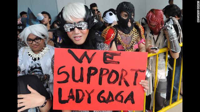 """Lady Gaga pide ayuda a Beyoncé ante su """"crisis asiática"""""""