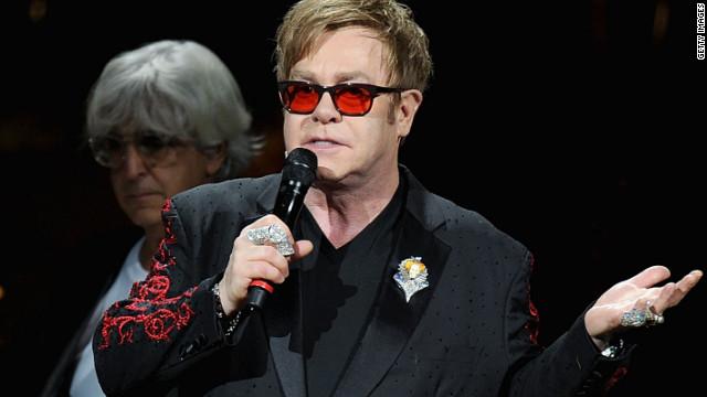 Elton John es hospitalizado por una grave infección respiratoria