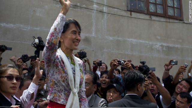 Multitudes reciben a Suu Kyi en su primer viaje al extranjero en 20 años