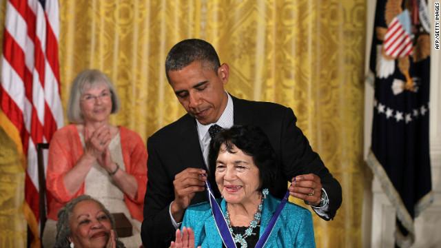 La activista latina Dolores Huerta recibe la máxima distinción civil de EE.UU.