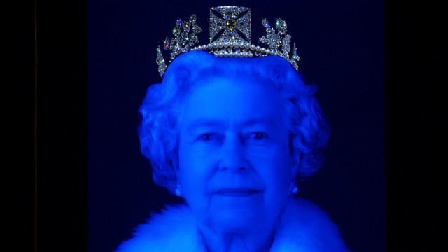 Un retrato tridimensional y lleno de diamantes de la reina Isabel II conmemora su jubileo