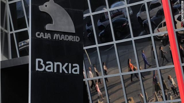 Os passageiros são refletidas na sede da Bankia SA em 29 de maio de 2012 em Madrid, Espanha.