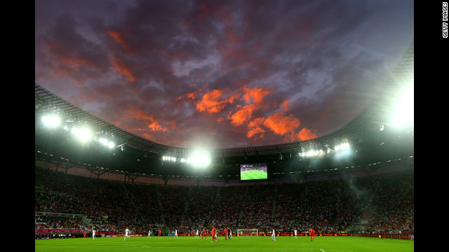 Night settles over the Russia-Czech Republic match.