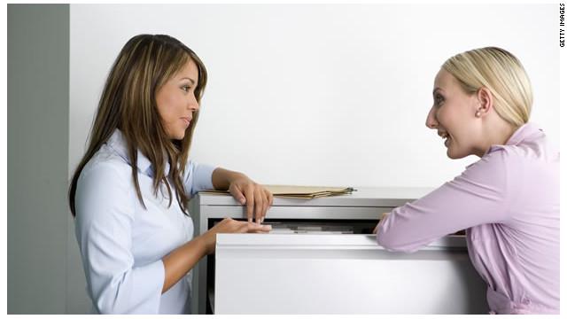 Las mujeres, más que los hombres, ayudan al desarrollo de los demás en el trabajo