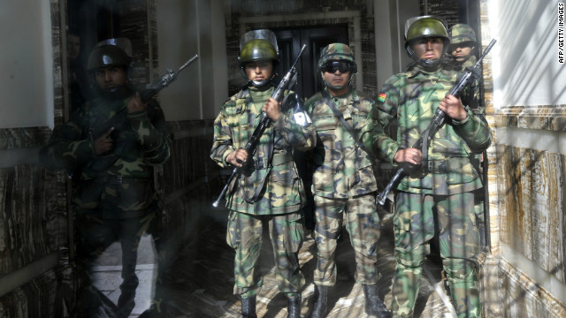 Soldiers of the presidential guard in riot gear custody the Palacio Quemado presidential house in La Paz, on June 22, 2012.