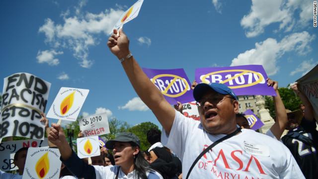 Expertos e inmigrantes ilegales analizan fallo de la Corte sobre la ley SB1070 de Arizona