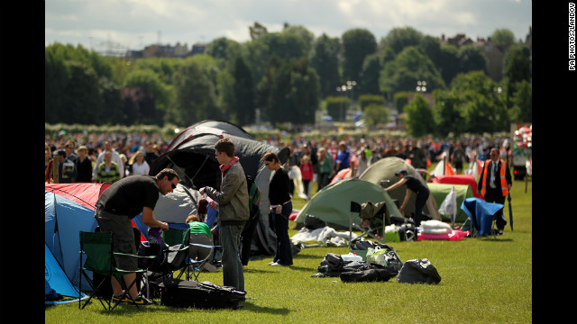 Spectators wait for the beginning of day six of Wimbledon on Saturday.