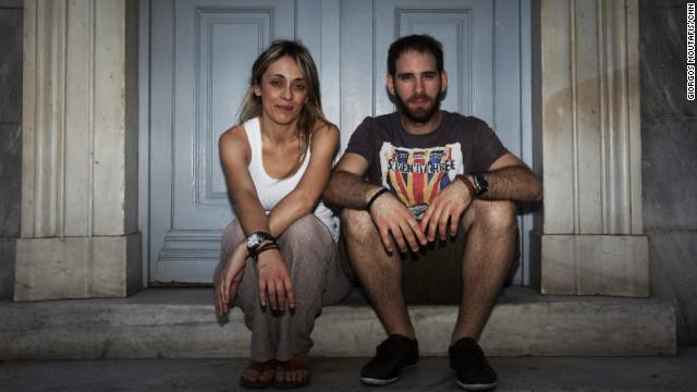 La juventud griega se debate entre ir al extranjero o luchar por el país