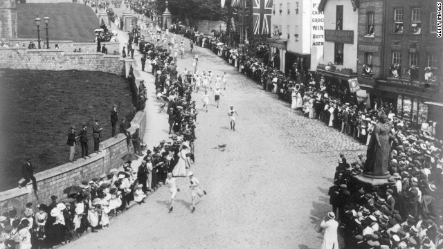 Marathon runners set off from Windsor Castle, cheered on by crowds as they race towards the Olympic Stadium in White City.