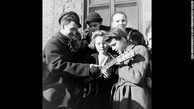 Woody Guthrie in New York City, 1943. See more images at <a href='http://life.time.com/culture/woody-guthrie-in-nyc-1943/#1' target='_blank'>Life.com</a>.