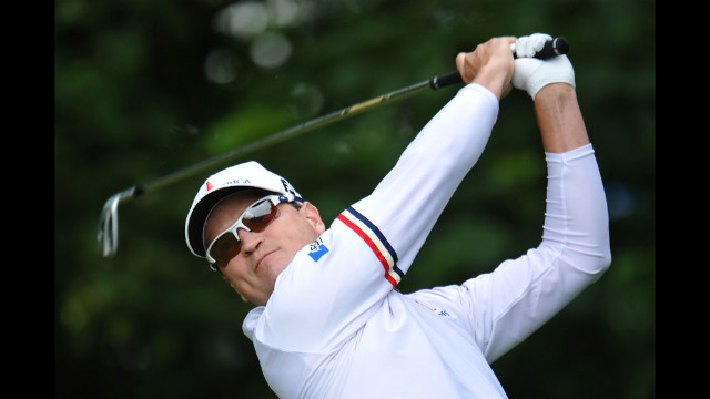 Zach Johnson of the United States watches his tee shot on the first hole during the second round Friday.