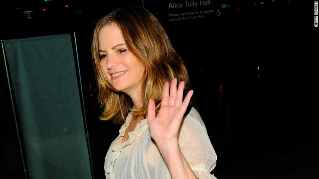 Jennifer Jason Leigh lands 'Revenge' role