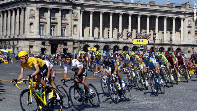 Wiggins leads the pack on the Place de la Concorde in Paris as the final stage of the Tour de France comes to an end Sunday.