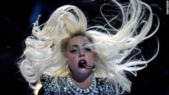 Lady Gaga cambia el micrófono por el «machete»