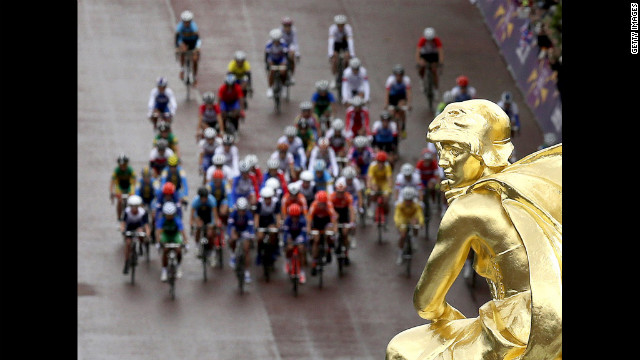 The main group of riders passes by the Mall near Buckingham Palace during the women's road race cycling.