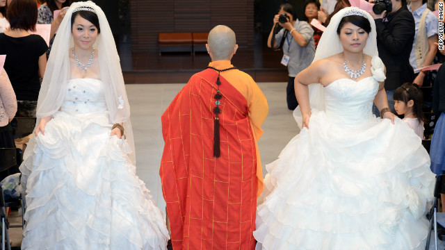 Huang Mei-yu (R) and her partner You Ya-ting attend their Buddhist wedding ceremony in Taoyuan, Taiwan, on Saturday.
