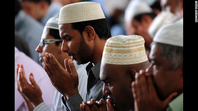 Sri Lankan Muslims take part in communal Friday noon prayers in Colombo.<br/><br/>