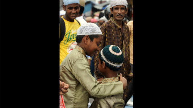 Indian Muslims offer prayers on the last Friday of Ramadan at Jama Masjid in Siliguri.<br/><br/>