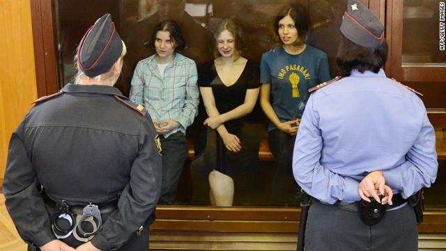 Miembros de Pussy Riot, condenadas a dos años de prisión por vandalismo