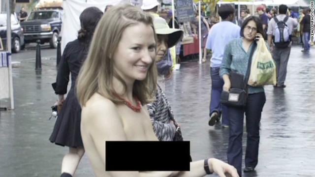 Mujer que camina en «topless» por Nueva York critica doble estándar
