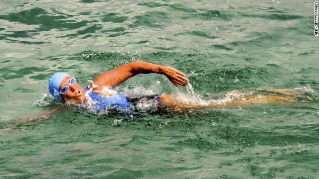 Diana Nyad avanza en su intento de cruzar a nado el Estrecho de Florida
