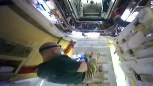 Astronautas realizan expedición fuera de la Estación Espacial Internacional