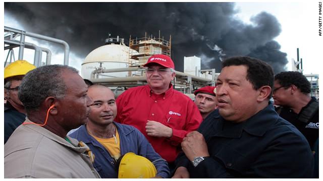 Hugo Chávez visita la zona de la explosión en la refinería Amuay