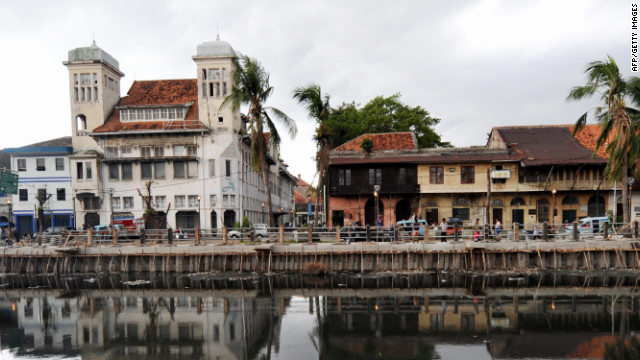 Stroll through the Kota district, once known as Batavia when Dutch colonists settled there. Many buildings show the Dutch-influenced architecture. 
