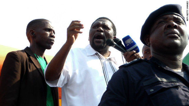 UNITA leader Isaias Samakuva (center), delivers a speech during the May 19 demonstration. The opposition has repeatedly expressed concerns about the electoral process.