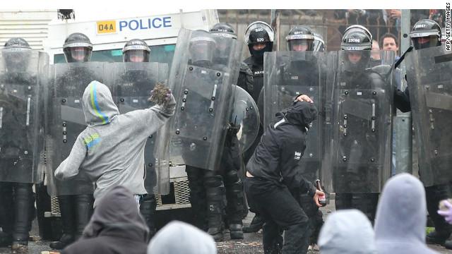 Enfrentamientos entre protestantes y católicos dejan 47 heridos en Irlanda