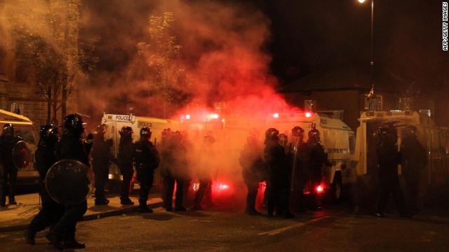 Policías de Irlanda del Norte denuncian ataques en conflictos religiosos