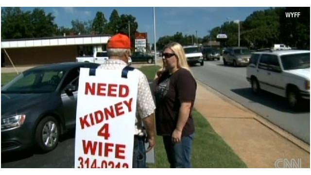 Un hombre de EE.UU. «mendiga» en las calles un riñón para su esposa