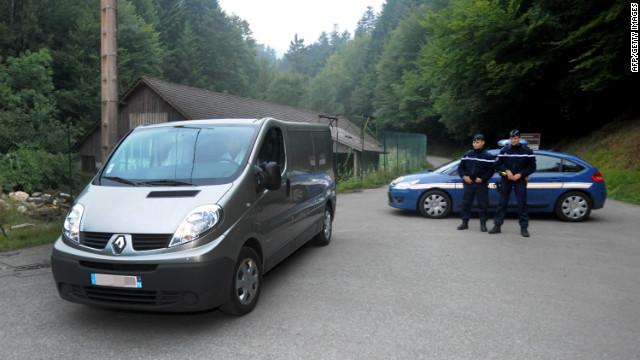 Policía francesa encuentra a una niña ilesa escondida bajo cadáveres
