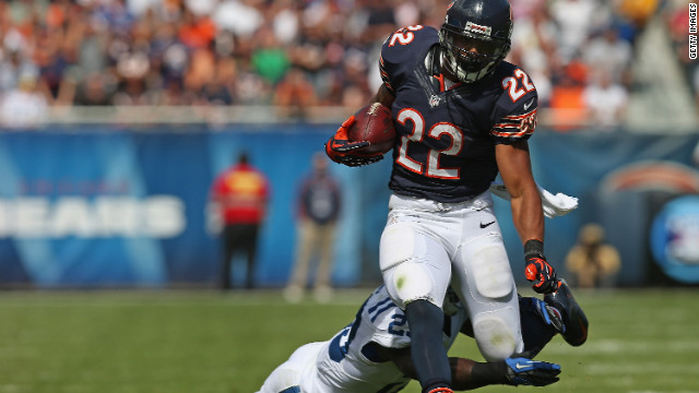 No.22 Matt Forte of the Bears breaks away from No.23 Vontae Davis of the Indianapolis Colts on Sunday.