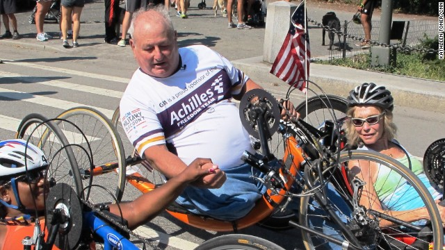 """El """"hombre biónico"""" que inspira a los discapacitados a ganar una maratón"""
