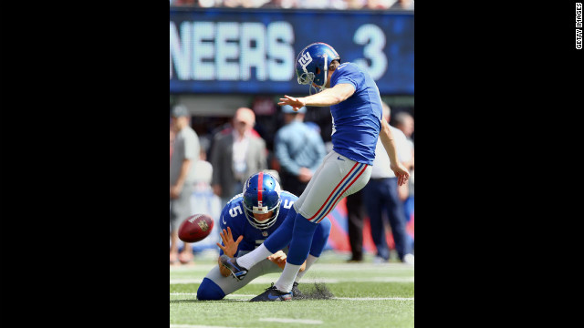Lawrence Tynes of the New York Giants kicks a field goal in the first half against the Tampa Bay Buccaneers on Sunday.