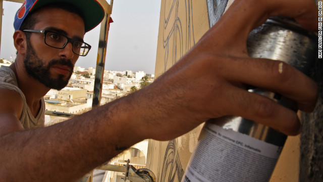 Tunisian artist graffitis minaret, fights intolerance