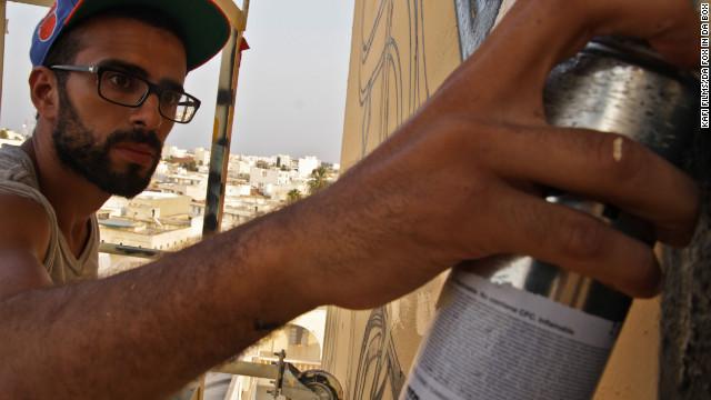 Tunisian artist graffitis minaret, fights intolerance