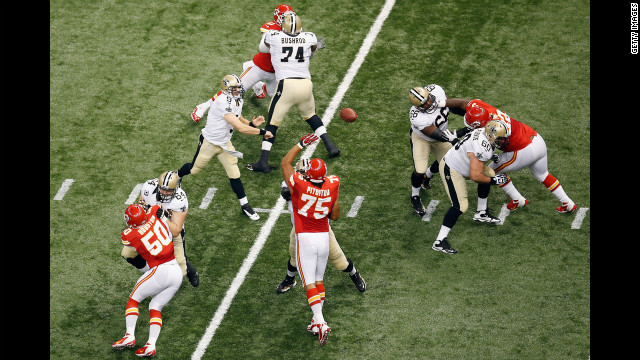 Saints quarterback Drew Brees throws a pass against the Chiefs.