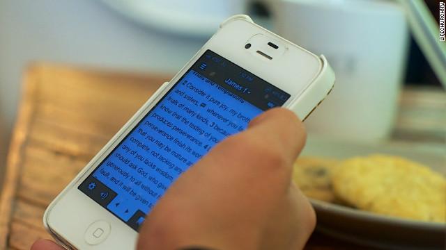 ¿Te gusta leer la Biblia? Ya la puedes descargar en tu celular