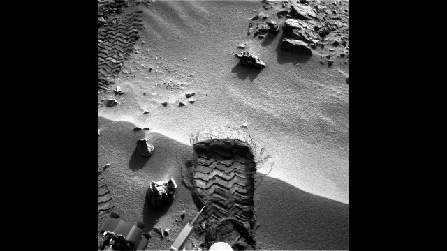"Curiosity cut a wheel scuff mark into a wind-formed ripple at the ""Rocknest"" site on October 3, to give researchers a better opportunity to examine the particle-size distribution of the material forming the ripple."