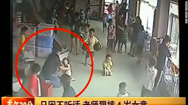 Video de una niña china con autismo siendo maltratada causa indignación