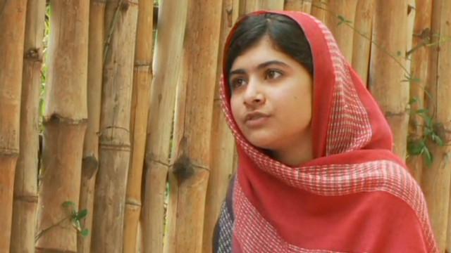 Pakistaníes conmocionados oran y expresan apoyo a niña atacada por el Talibán