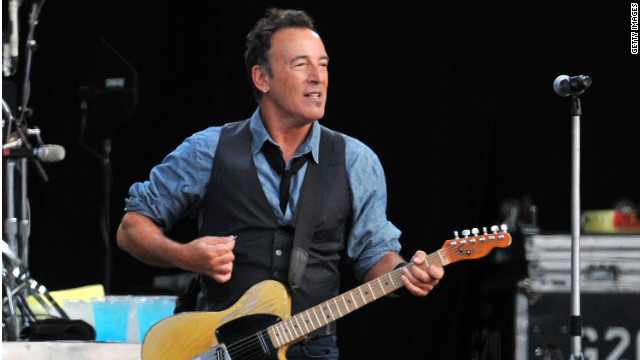 Clinton, Springsteen rally blue collar Ohio for Obama