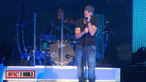 Enrique Iglesias fights cancer at concerts