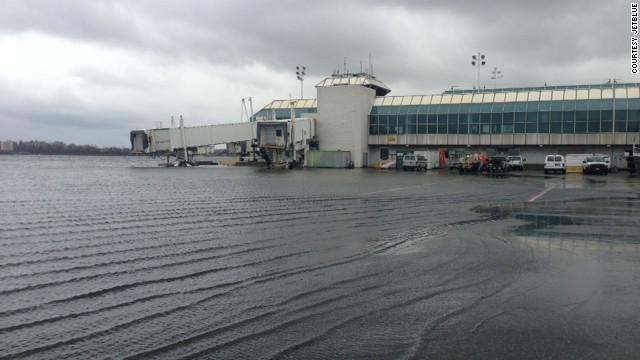 Los aeropuertos intentan reanudar operaciones tras el paso de Sandy