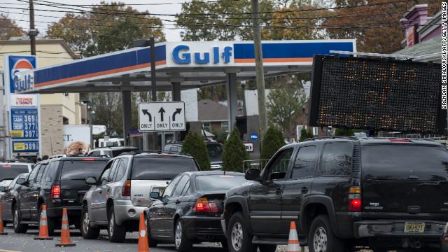 """La carencia de gasolina por """"Sandy"""" provoca largas filas y peleas en EE.UU."""