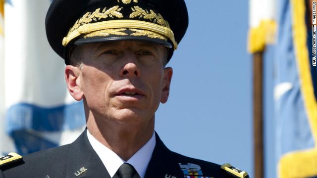 Denuncia contra la biógrafa de Petraeus desata la investigación del FBI