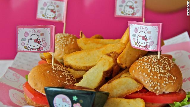 El restaurante de Hello Kitty, lugar de ensueño con comida de pesadilla