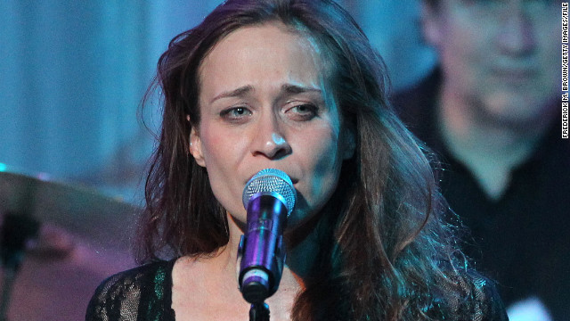 Fiona Apple takes time off to tend to ailing pooch